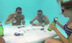 Британцы сыграли в покер под водой